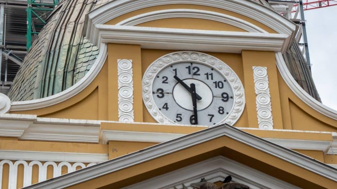 Clock in Murillo Square, La Paz with Be a Local