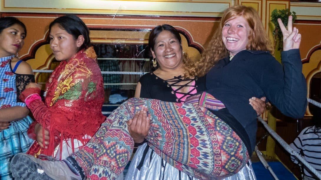 Cholita picks up girl in La Paz